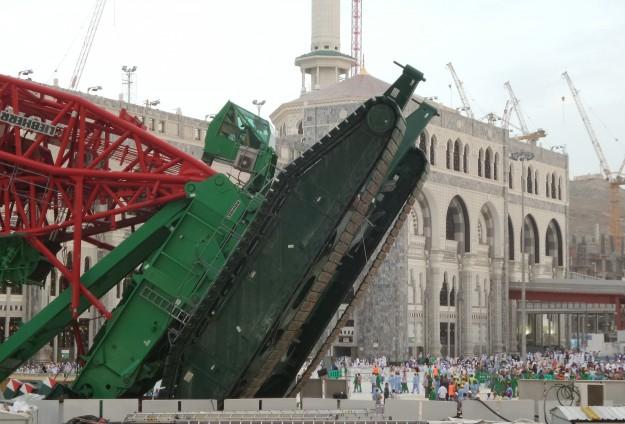 بدء أعمال الصيانة و الإصلاح في الحرم المكي بعد حادثة سقوط الرافعة