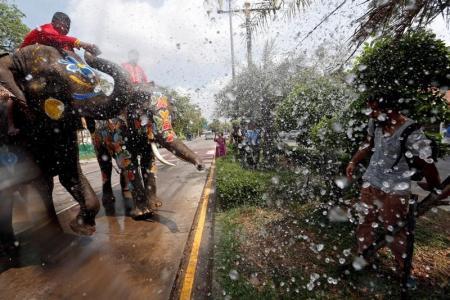 أفيال ملونة ترش السياح بالماء جلبا للحظ في تايلاند