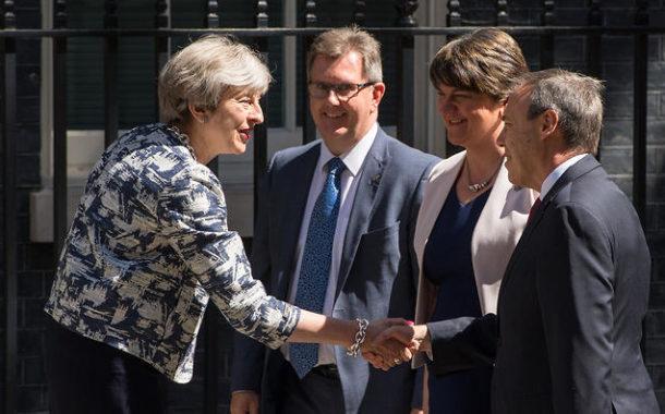 تيريزا ماي توقع اتفاقا لتشكيل حكومة مع الحزب المحافظ الايرلندي الشمالي