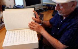 محمود بعيون خطاط لبناني يكتب القرآن بالخط الديواني المعقد