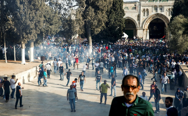 الشرطة الاسرائيلية تمنع الرجال دون الخمسين من اداء صلاة الجمعة في الحرم القدسي1
