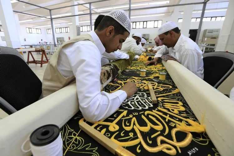السعودية تحافظ على صناعة كسوة الكعبة بجيل جديد من الصناع11
