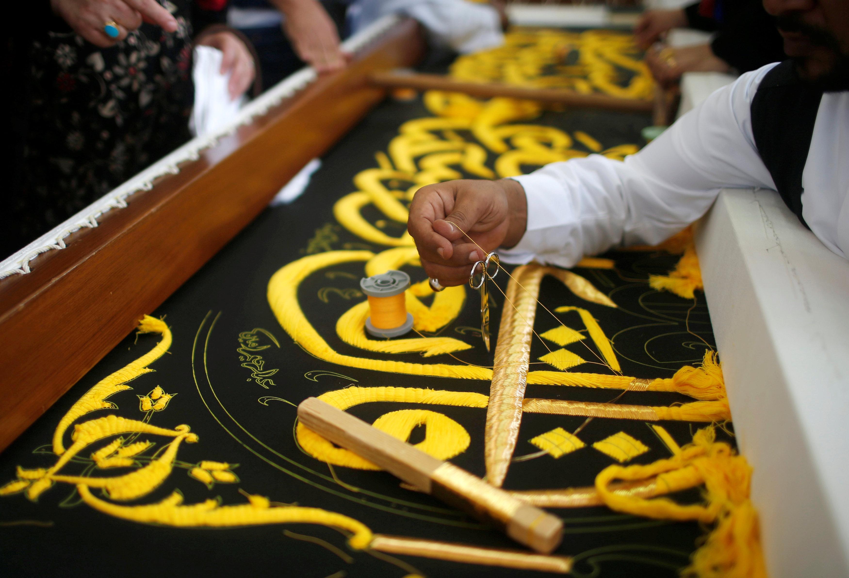 السعودية تحافظ على صناعة كسوة الكعبة بجيل جديد من الصناع111