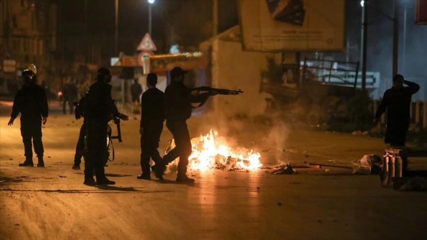 تونس تنشر الجيش في عدة مدن وتعتقل المزيد مع تصاعد حدة الاحتجاجات العنيفة1